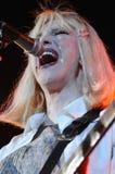Loch, welches die Courtney Loveausführung Phasen kennzeichnet. Lizenzfreie Stockfotos