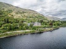 Lochawe, Dalmally Σκωτία - 17 Μαΐου 2017: Το ξενοδοχείο δέου λιμνών βρίσκεται κοντά στις ακτές του δέου λιμνών Στοκ εικόνα με δικαίωμα ελεύθερης χρήσης