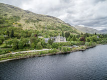 Lochawe Dalmally Szkocja, Maj 17 2017, -: Loch respektu hotel lokalizuje blisko do brzeg Loch respekt obraz royalty free