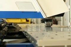 Lochende Maschine lizenzfreie stockbilder