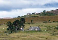 LOCHINDORB, HIGHLANDS/SCOTLAND - 27 ΑΥΓΟΎΣΤΟΥ: Αγροικίες κοντά στα LOC στοκ εικόνες