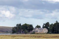 LOCHINDORB, HIGHLANDS/SCOTLAND - 27 ΑΥΓΟΎΣΤΟΥ: Το οίκημα σε Lochin στοκ φωτογραφίες