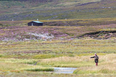 LOCHINDORB, HIGHLANDS/SCOTLAND - 27 ΑΥΓΟΎΣΤΟΥ: Nea αλιείας μυγών ατόμων στοκ φωτογραφία με δικαίωμα ελεύθερης χρήσης