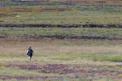 LOCHINDORB, HIGHLANDS/SCOTLAND - 27 AGOSTO: Pesca con la mosca n della donna immagini stock