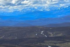 Lochnagar从登上敏锐的山顶观看了 Cairngorm山,阿伯丁郡,苏格兰 库存照片
