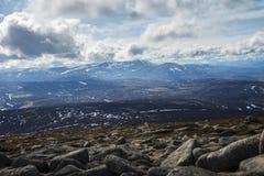 Lochnagar从登上敏锐的山顶观看了 Cairngorm山,阿伯丁郡,苏格兰 图库摄影
