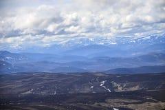 Lochnagar从登上敏锐的山顶观看了 Cairngorm山,阿伯丁郡,苏格兰 免版税库存照片