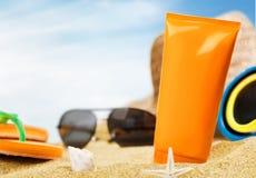 Loción del bronceado, gafas de sol, crema hidratante imagenes de archivo