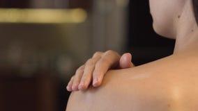 Loción del cuerpo en piel almacen de metraje de vídeo