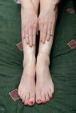 Loción del frotamiento de la mujer en las piernas fotografía de archivo libre de regalías