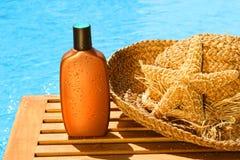 Loción que broncea con el sombrero del sol Foto de archivo libre de regalías