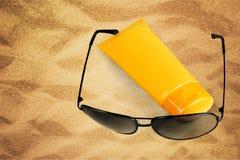 Loción y gafas de sol fotografía de archivo libre de regalías