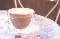 Lock av cappuccino i pastellfärgade färger royaltyfria bilder