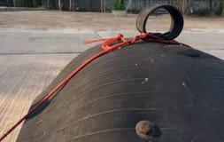 Lock av hjulsoptunnan från bredvid på gatan royaltyfri bild