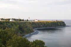 Lock-de-la-Madeleine kustlinje med fyren Arkivbild
