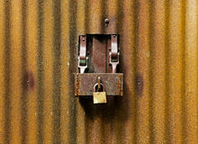 The lock on door of an old rusty shed Royalty Free Stock Photos