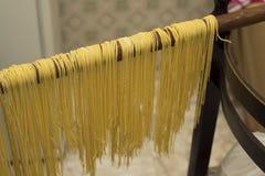 Lock för buljongen Äggpasta som göras av handen Traditionell italienare Arkivfoton