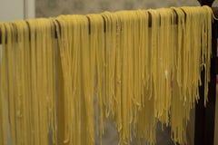 Lock för buljongen Äggpasta som göras av handen Traditionell italienare Royaltyfri Bild