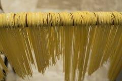 Lock för buljongen Äggpasta som göras av handen Traditionell italienare Arkivbild