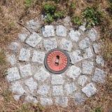 Lock för rött vatten på jordningen Royaltyfri Bild