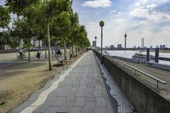 Lock längs en bana med en sikt av Rhentornet och flodRhen i bakgrunden i Dusseldorf, Tyskland på en coudy dag royaltyfria bilder