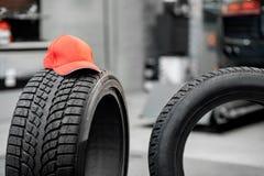 Lock på gummihjulet på bilservicen royaltyfria foton