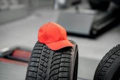 Lock på gummihjulet på bilservicen arkivfoto