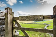Free Locked, Wooden Farm Gate With No Right Of Access To The Public, Seen In The Dales. Stock Photography - 185898612