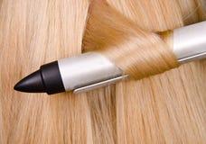Lockenwickler und blondes Haar Stockfoto