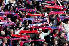 Lockert wellenartig bewegende Schals am Fußballspiel auf Stockbild
