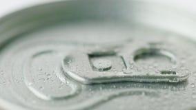 Locket av aluminiumburken från den kolsyrade drinken täckas med små droppar av condensaten Begrepp för kalla drinkar royaltyfria foton