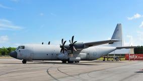 Lockheed C-130 Hercules biltransportnivå på skärm på Singapore Airshow 2012 Arkivfoton