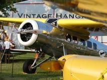 Lockheed raro Vega delante del hangar del vintage del EAA Imágenes de archivo libres de regalías