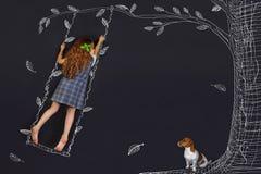 Lockig flicka för vår på en gunga fotografering för bildbyråer