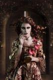 Lockig flicka i en medeltida modestil Royaltyfri Foto