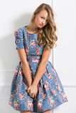 Lockig flicka i härlig klänning Arkivbilder