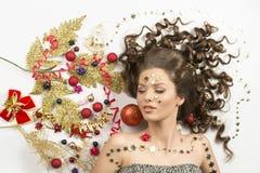 Lockig flicka i julvinterstående arkivbilder