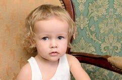 lockig flicka little stående Arkivfoto