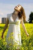 lockig flicka som ser naturskyen Royaltyfria Foton