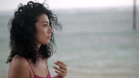 Lockig flicka som utomhus poserar stock video
