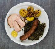 Lockig grönkål med griskött arkivfoto