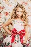 Lockig gullig flicka royaltyfri fotografi