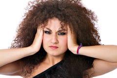 Lockig hårkvinna för fördjupning med huvudvärk arkivbilder