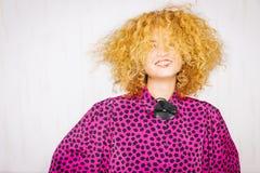lockig hårståendekvinna Royaltyfria Bilder