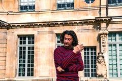 Lockig-haired man som dricker vin i det Picasso museet Fotografering för Bildbyråer
