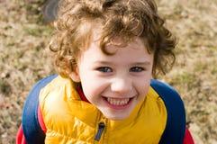 lockig haired stående för pojke royaltyfria bilder