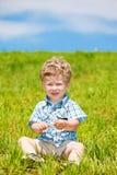 lockig litet barn arkivfoton