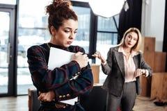 Lockig mörker-haired deltagare i utbildningkänsla som är emotionell, når att inte ha fått jobb royaltyfria foton