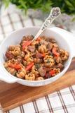 Lockig pasta med kött och grönsaker Arkivfoto