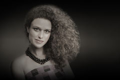 Lockig tjock frisyr för hårkvinnastående Arkivfoto